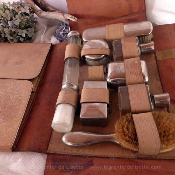 n cessaire de toilette en valisette cuir. Black Bedroom Furniture Sets. Home Design Ideas