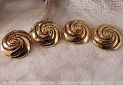 gros boutons dorés à la forme de spirale