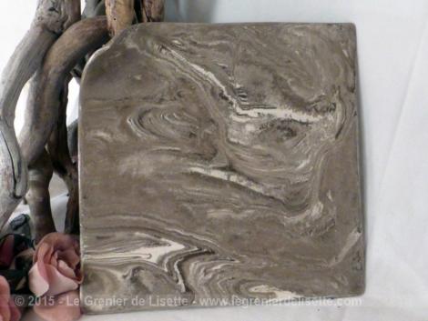 assiette en céramique avec un coin relevé