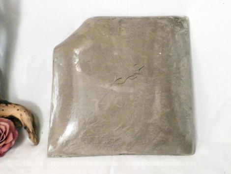 assiette carré en céramique avec un coin relevé