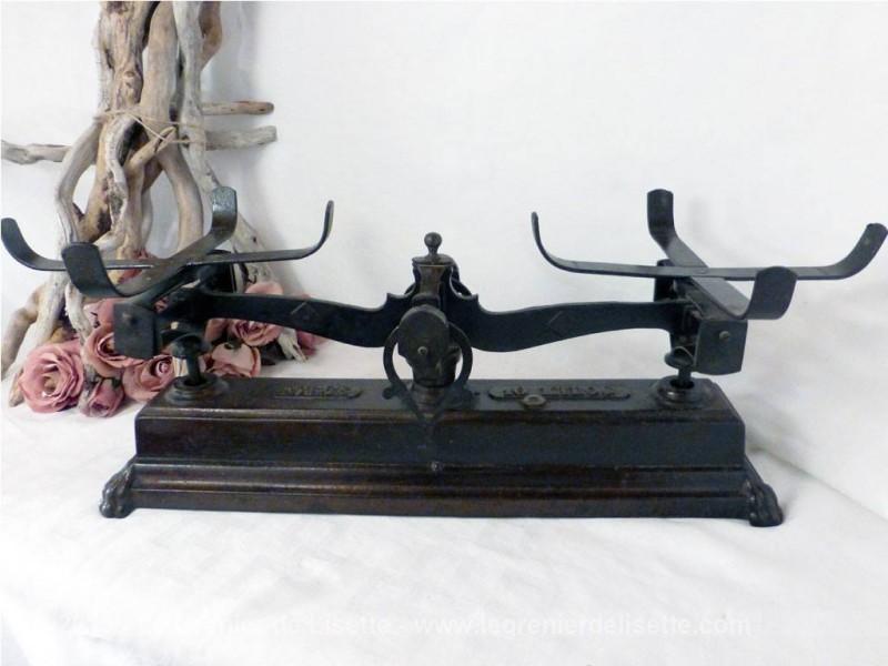 ancienne balance en fonte et ses plateaux. Black Bedroom Furniture Sets. Home Design Ideas