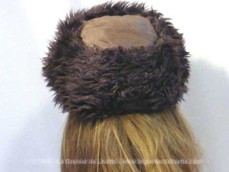 Chapeau moumoute à la forme très vintage.