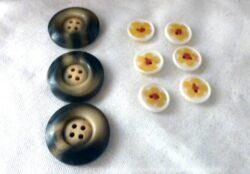 Lot de 6 petits boutons en fleur jaune et 3 gros boutons bakélite marron.