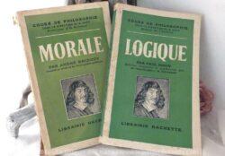 Deux manuels scolaires de cours de Philosophie avec un livret Cours de Morale et un livret Cours de Logique.