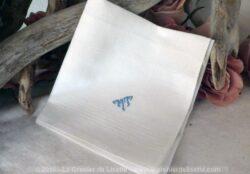Mouchoir en coton aux monogrammex MT brodés en bleu.