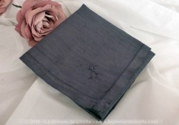 Ancien mouchoir, en batiste blanche, teinté en gris avec le beau monogramme S brodé.