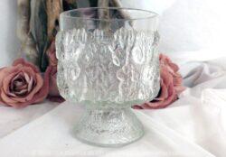 Un verre dont le décor ressemble à du givre ou comme s'il était recouvert de glace .
