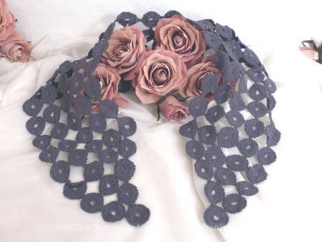 Col au crochet teinté en gris, réalisé à partir de tous petits cercles cousus entre eux.