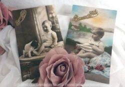 Deux cartes postales anciennes repésentant des bébés qui souhaitent Bonne Fête.