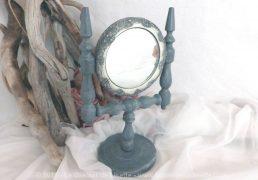 Mini psyché, avec miroir et dentelle, entièrement patiné de gris shabby et vieilli.