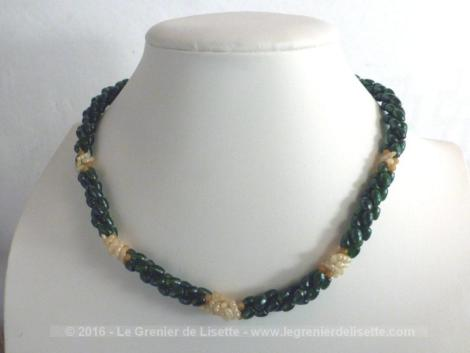Ancien collier en belles perles vertes et beiges en forme de grain de riz.
