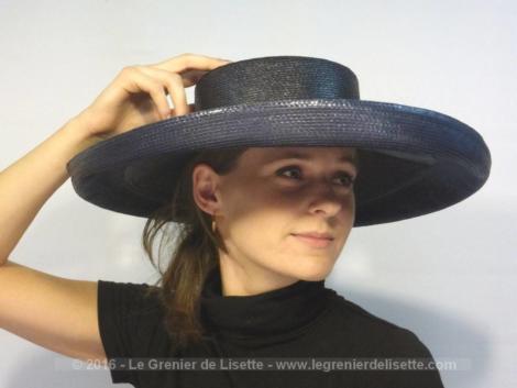 """Large chapeau bleu foncé, au look très vintage, de la marque anglaise """"Philip Somerville"""", qui a été la modiste officielle de la Reine et de Lady Diana."""