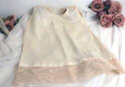Petite robe en soie pour enfant fait main, simple, sans manche avec sa bande dentelle.