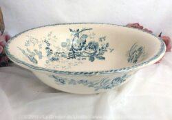 Grand saladier, ou ancien nécessaire de toilette, aux beaux dessins de fleurs bleues.