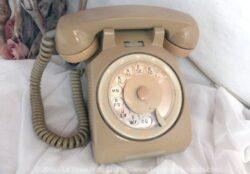 Ancien téléphone à cadran de couleur beige.