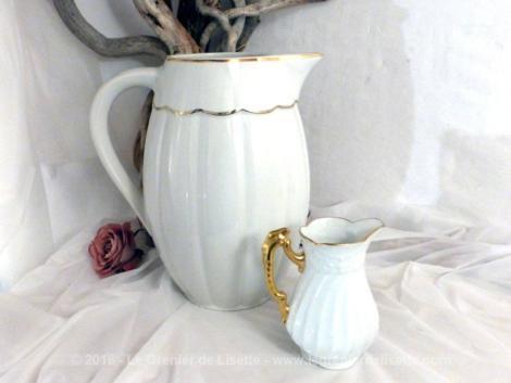 Deux pichets en porcelaine, un très grand et un petit, mis cote à cote, façon David et Goliath.