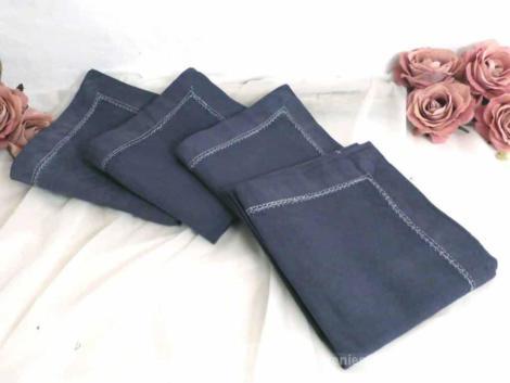 Lot de 4 serviettes en gros coton, teintées en gris anthracite avec coutures surlignées.
