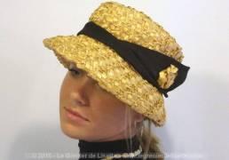 Ancien chapeau en sisal épais synthétique de couleur paille et son ruban noir.