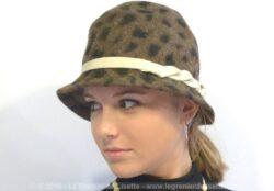 Chapeau cloche en feutrine aux beaux dessins d'imitation léopard.
