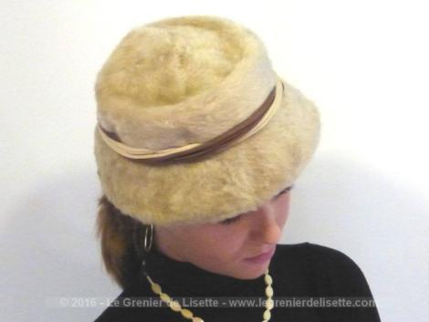 Chapeau vintage en fausse fourrure beige et ses rubans.