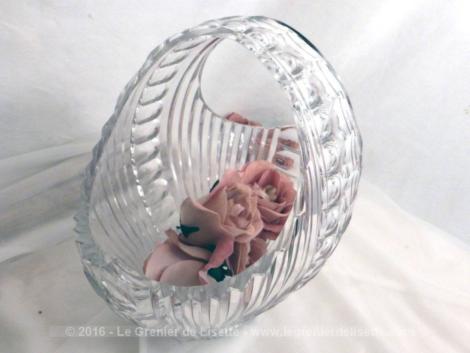 Saladier en verre, en forme de panier avec sa anse.