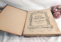 Grand livre ancien de recueil de partitions de musique.