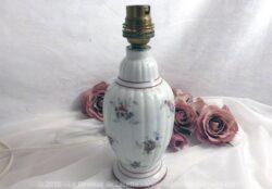 Pied de lampe en porcelaine d'Art de Couleuvre, aux dessins de fleurs et liserés bordeaux.
