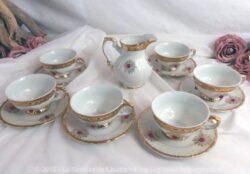 Assortiment de 6 tasses, 6 sous-tasses et un pot à lait en Porcelaine Bavaria avec dorures et incrustation pierre rouge.