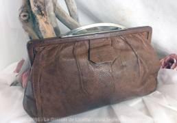 Pochette vintage en peau de lézard, avec poches intérieures.