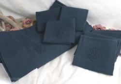 Nappe gris anthracite monogrammes MG (MC, ML ?) et ses 7 serviettes assorties.