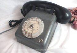 Ancien téléphone atelier, mélange de balité et métal.