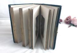 Ancien petit album photos avec fermoir absent et couverture en cuir.