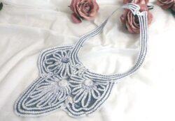 Ancien col jabot, tout en dentelle au ruban, teinté en gris, à porter façon collier.