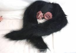 Long col noir, en fausse fourrure luisante, imitation vison.