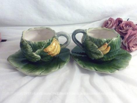 Duo de tasses barbotine aux dessins de banane avec soucoupe en forme de feuille de bananier.