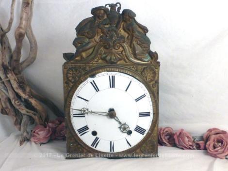 Partie haute d'une pendule comtoise, avec cadran émaillé, aiguille et devanture en laiton, pour décoration.