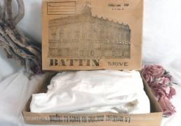Ancienne robe de communiante, à mettre sous l'aube et sa grande boite en carton, des établissement Battin à Brives.