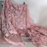 Plaid, tour de cheminée, centre de table, de forme rectangulaire 215 x 60 cm, en fil de coton rose réalisé au crochet.