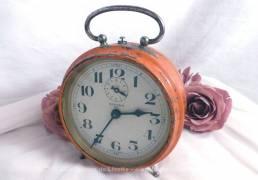 Ancien réveil Bayard métal orange avec tic tac et sonnerie en état.