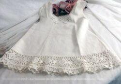 Ancienne petite robe pour bébé ou poupée fait main.