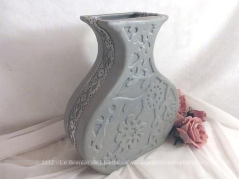 Vase en plâtre, revisité et patiné gris shabby, habillé d'une fine dentelle. Pièce unique.