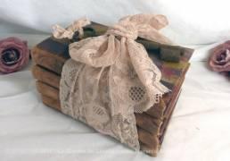 Quatre livres anciens, datant de l'avant guerre, avec belle reliure en cuir patiné et reliés avec un ruban de dentelle et une vieille clé.