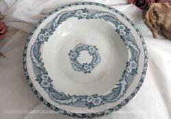 Ancien plat creux, aux beaux dessins de guirlande de fleurs bleues sur les pourtours et dans le centre.