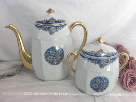 Ancienne cafetière verseuse et son sucrier en porcelaine de Limoges aux beaux dessins de fleurs bleues .
