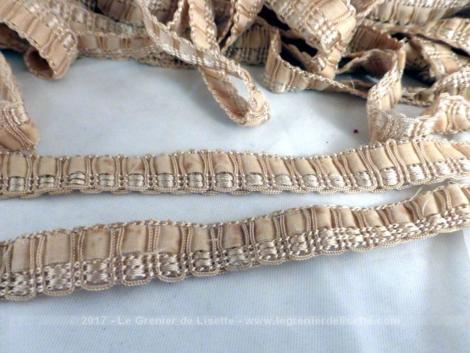 Long galon de passementerie avec ruban et le tout de couleur dorée.