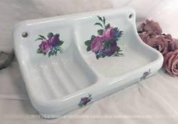 """Grand porte-savon, en deux parties, en """"Porcelaine de Fleurs"""" avec fleurs roses."""