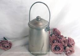 """Ancien pot à lait en alu, estampillé """"Tournus Unis France"""" de 1,5 litre avec son couvercle et son anse."""