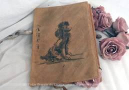 Entièrement fait main, un ancien protège cahier ou liseuse en cuir, signé, au caniche en relief avec texte en lettres asiatiques peintes à la main .