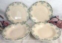 """Assortiment de 2 assiettes plates et 2 creuses avec une modèle au décor floral vert et estampillé """"Mignon U et Cie Sarreguemines""""."""
