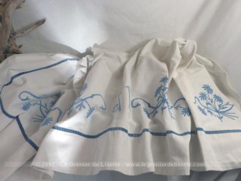 Ancien drap en coton épais 190 x 270 avec de belles broderies sur toute la bordure et au centre les monogrammes JR .